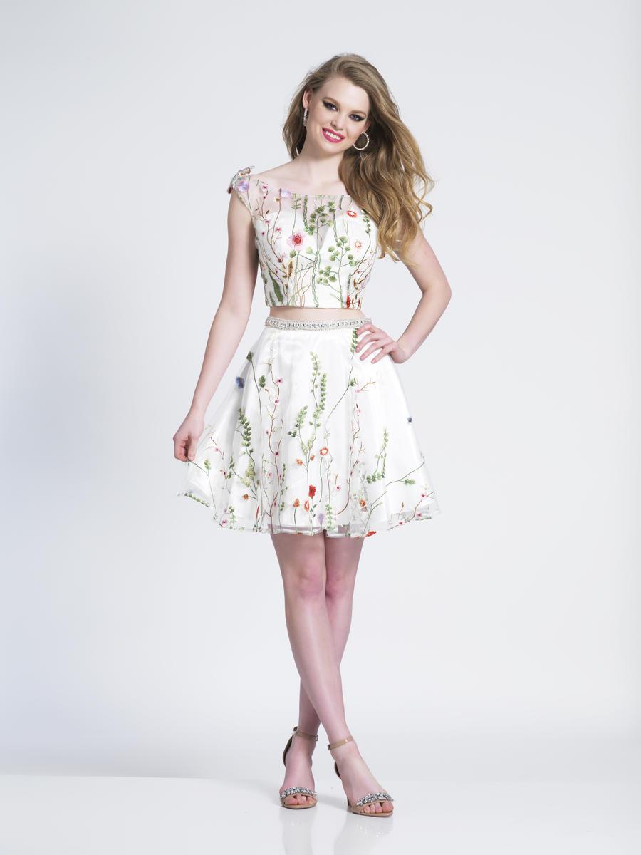 فستان قصير للسهرة باللون الأبيض مطرز