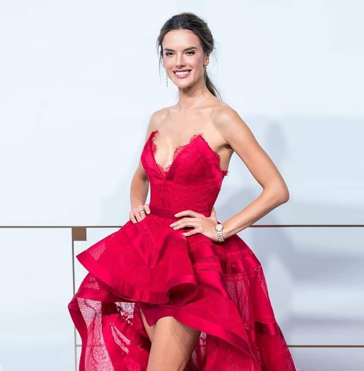 موديل فستان قصير للسهرة باللون الأحمر