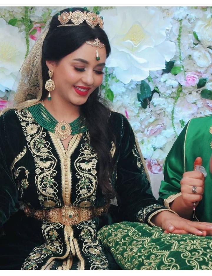 جلابية مغربية باللون الأخضر ومع النقوش الذهبية