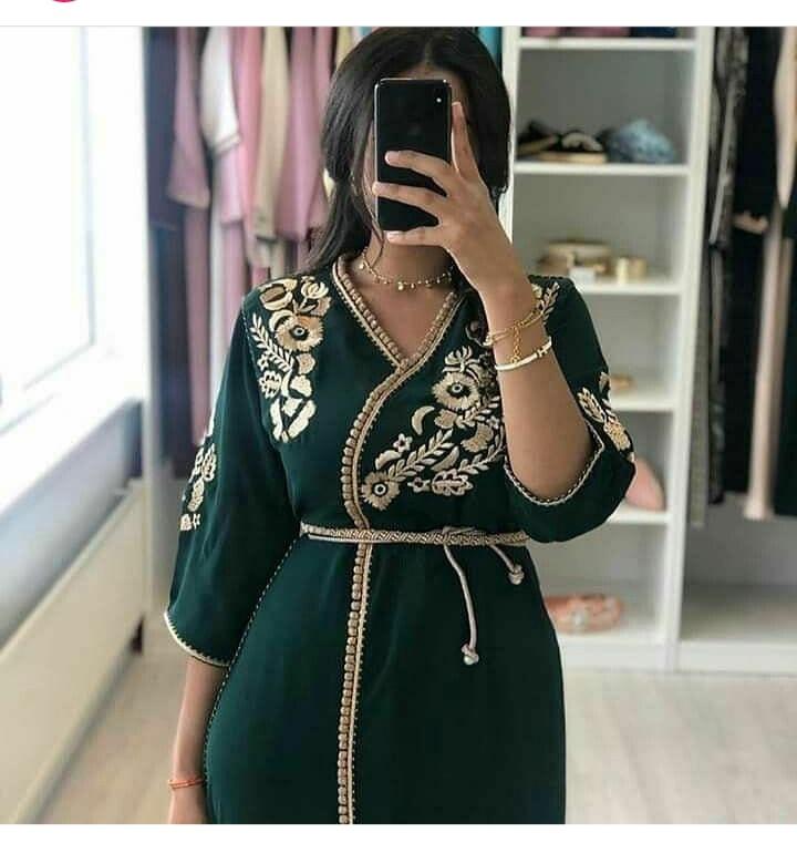 تصميم جلابية مغربية باللون الأخضر ومع النقوش الذهبية