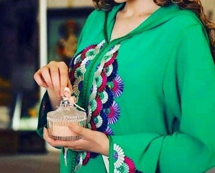 جلابية مغربية باللون الأخضر ومع النقوش ملونة
