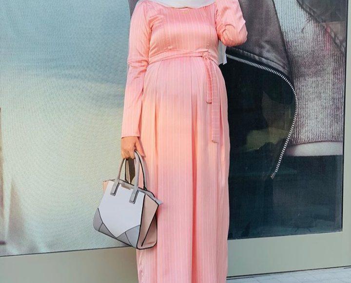 مدونة الأزياء المصرية أية فوزي بفستان سهرة طويل باللون السيمون للمحجبات الحوامل