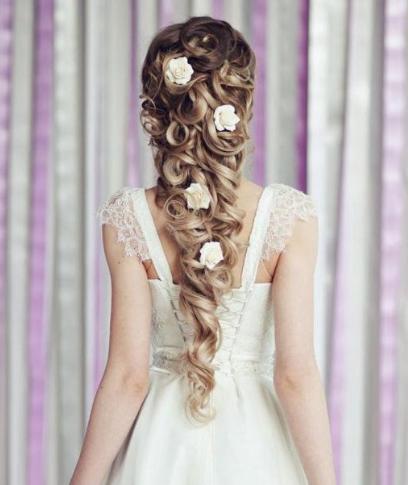 الورود البيضاء تزين تسريحات عروس 2019