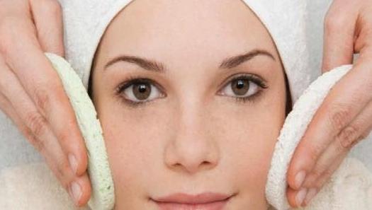 الآثار الإيجابية لزيت الجلسرين على بشرة الوجه