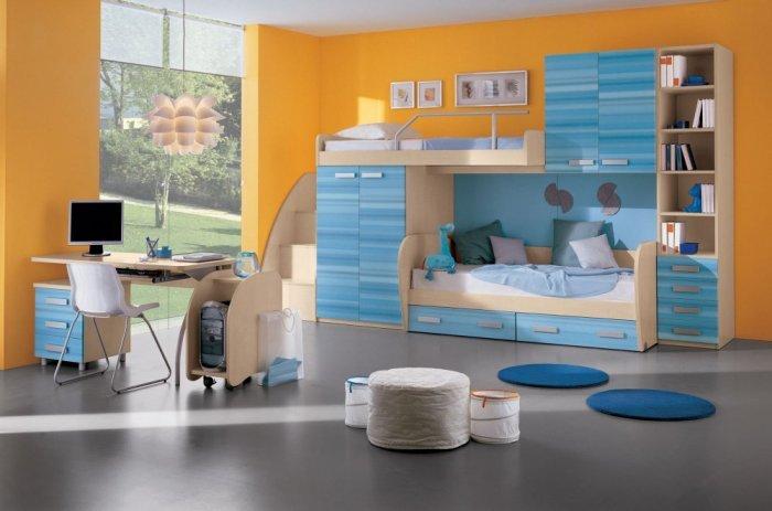 الأزرق والبرتقالي يُزينا غرف نوم الأطفال المشتركة