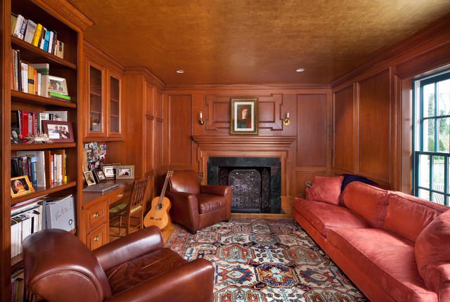 الطابع الكلاسيكي يُميز جدران المكاتب الخشبية