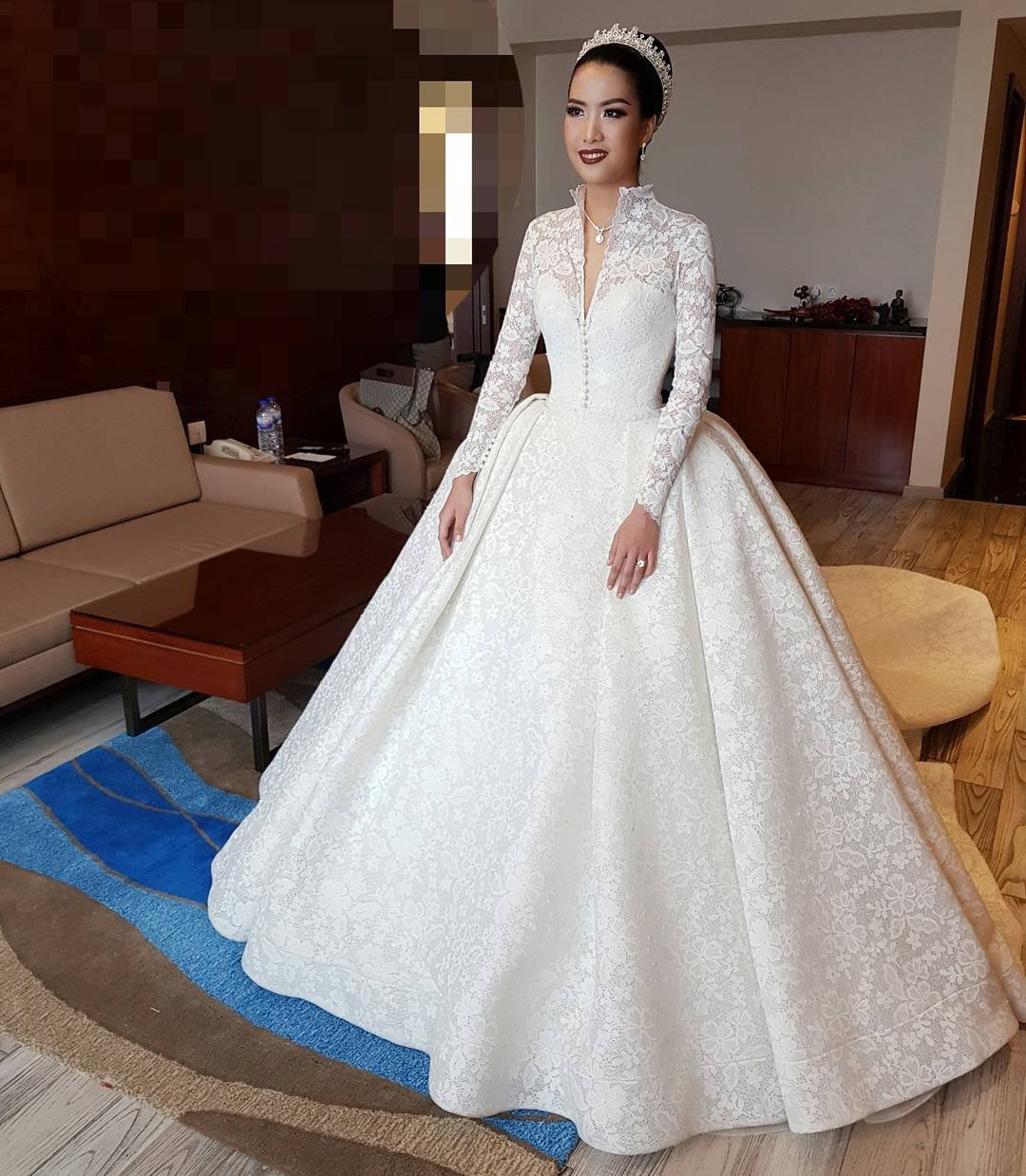 تصميم فخم لفستان زفاف ذو رقبة مرتفعة