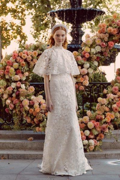 صورة لفستان زفاف ذو رقبة عالية