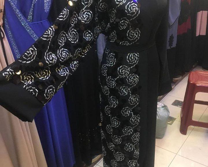 صورة عباية سوداء مطرزة على شكل ورود فضية