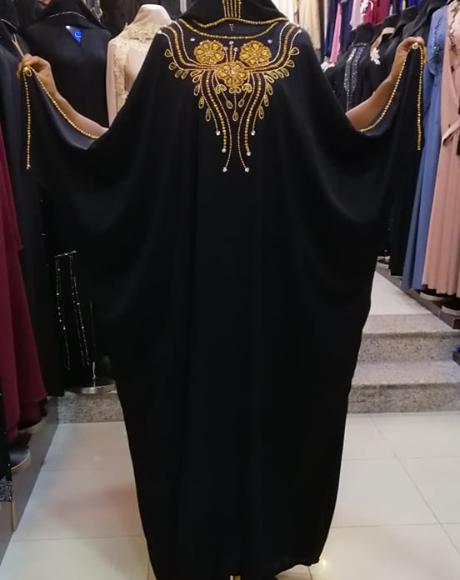 صورة عباية سوداء مطرزة تطريزات ذهبية
