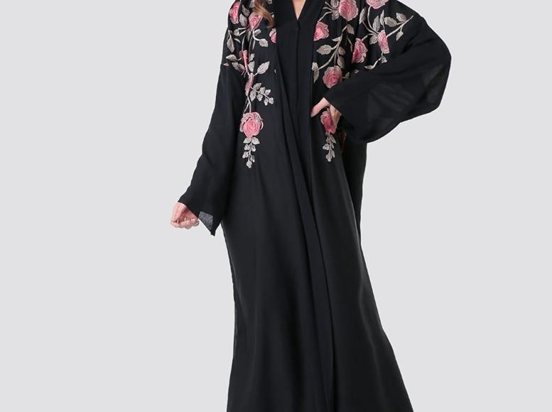 صورة عباية سوداء مطرزة تطريزات على شكل ورود