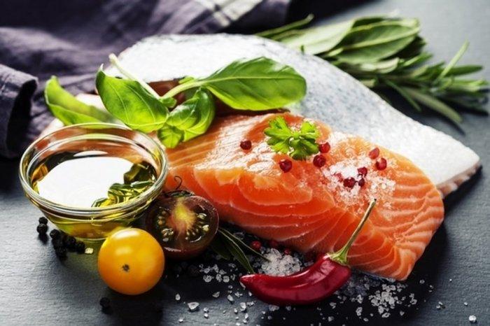 فائدة سمك السلمون للنساء الذين يعانون من القولون الهضمي