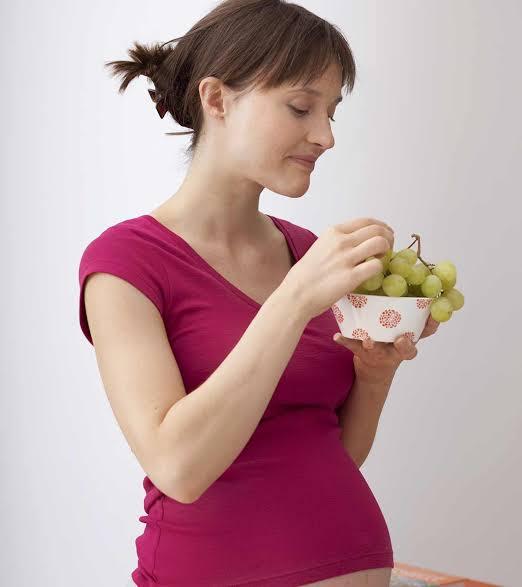 تناول العنب للمرأة الحامل بالشهر الاولى