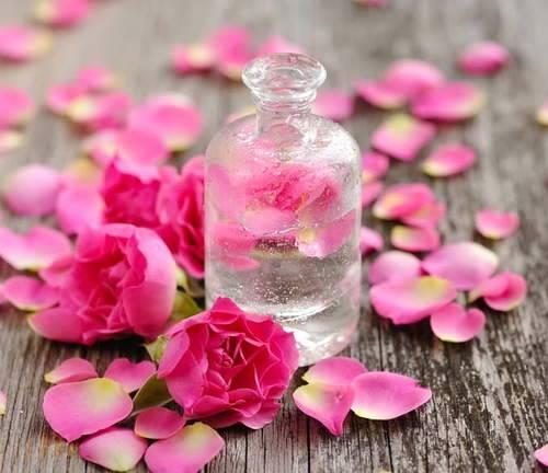 كيف يؤثر الجلسرين وماء الورد بشكل إيجابي على البشرة