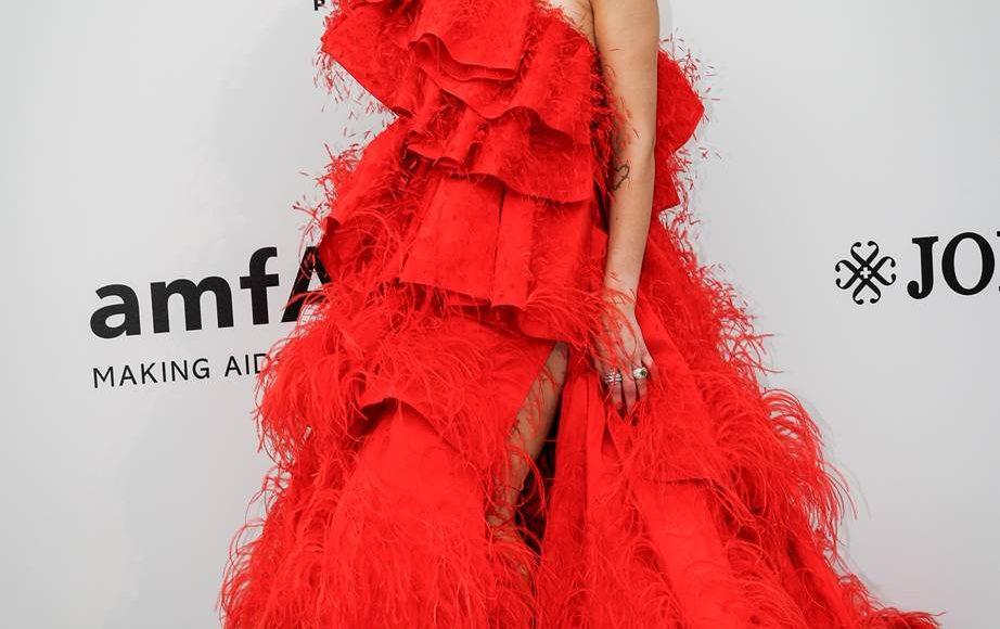 دوا ليبا بفستان بالريس من دار أزياء فالنتينو كوتور