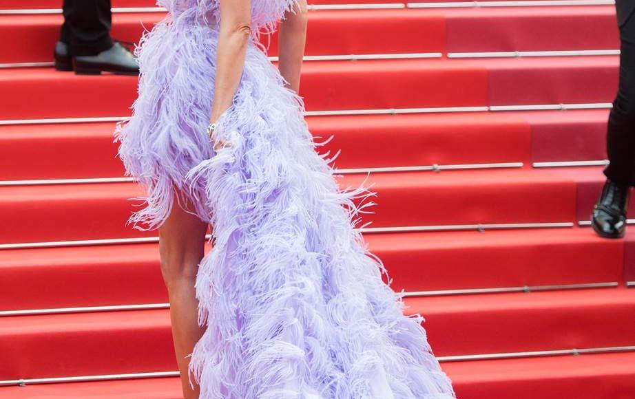 إلسا هوسك بفستان بالريش من ألبرتا فيريتي