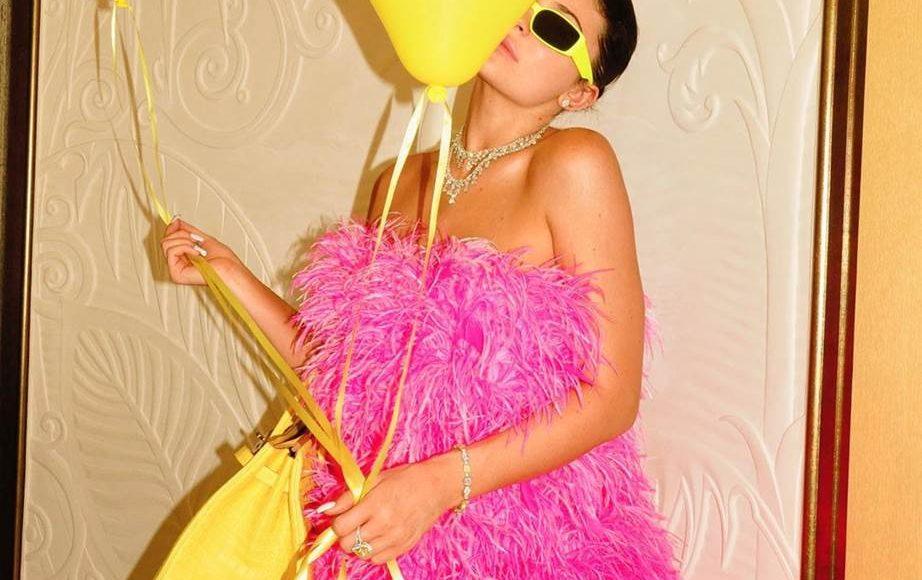 فستان كايلي جينر الوردي من أتيكو
