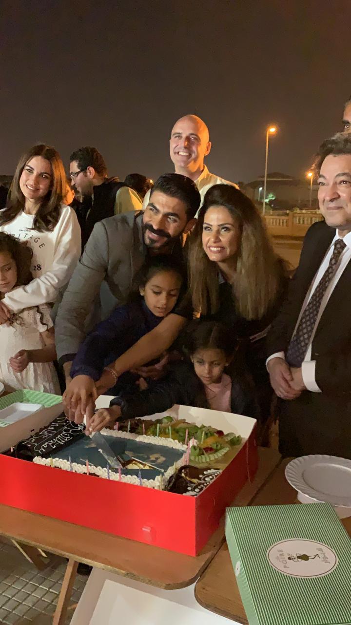 صور احتفالية عيد ميلاد خالد من داخل كواليس مسلسل بلا دليل