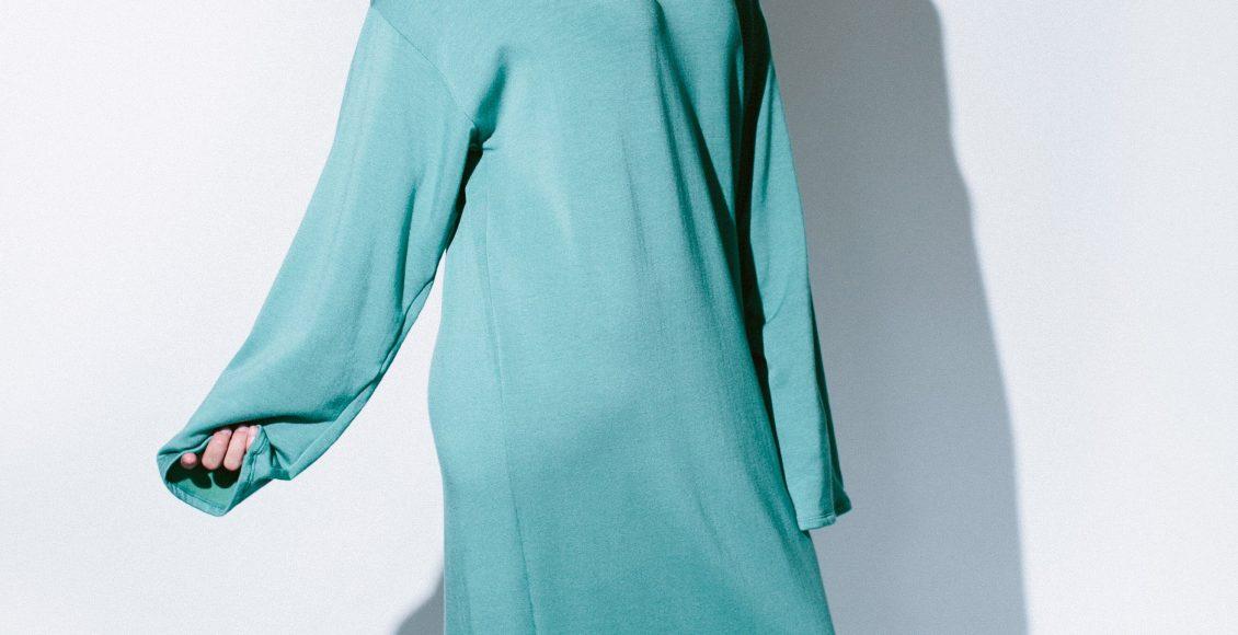 فستان ميدي باللون اللبني الفاتح