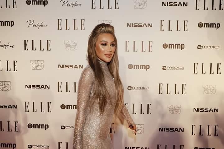 إطلالة أنثوية ناعمة للنجمة مايا دياب بفستان طويل باللون الفضي اللامع