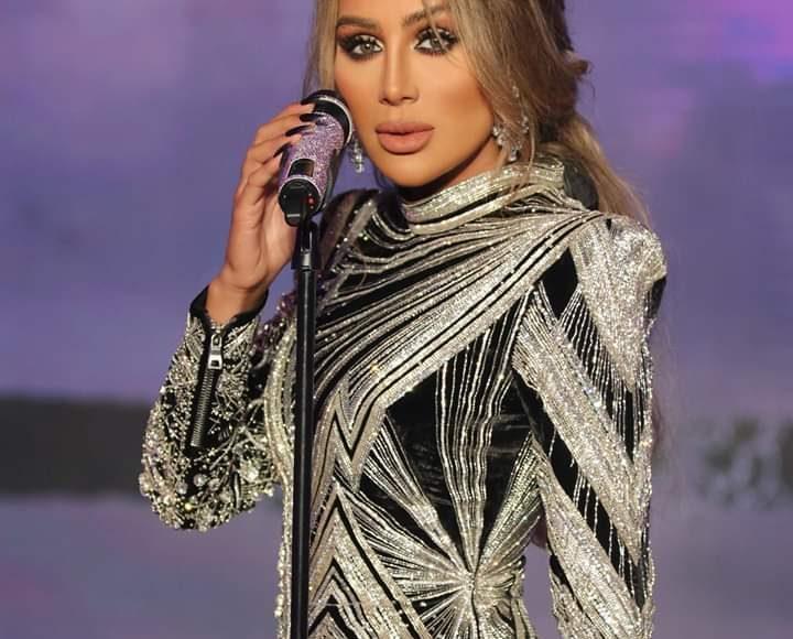 مايا دياب بفستان أنثوي مثير باللون الأسود والفضي وأكمام طويلة