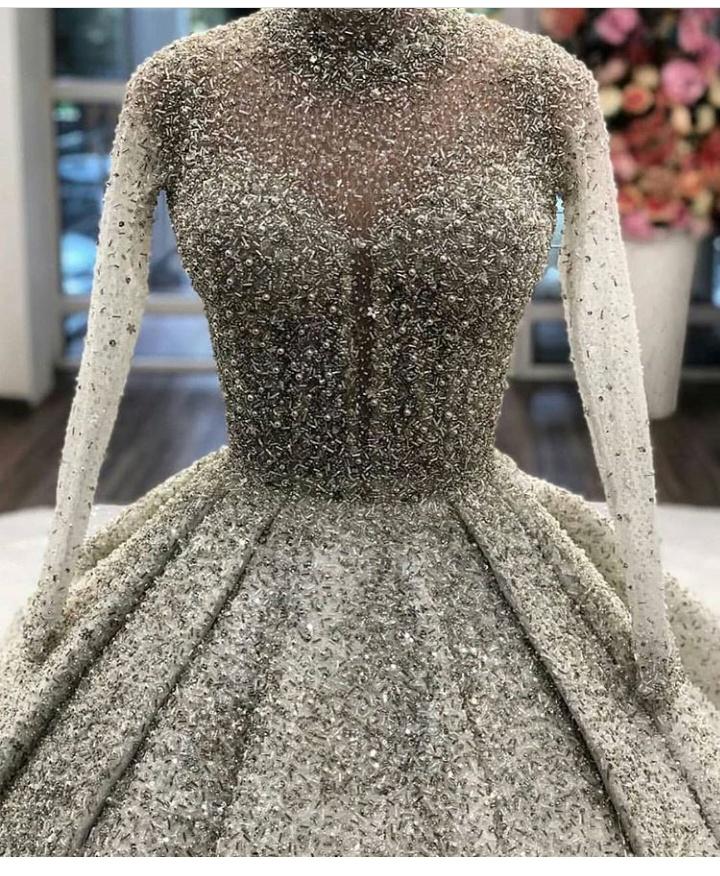 فستان زفاف باللون الفضي بتصميم ناعم