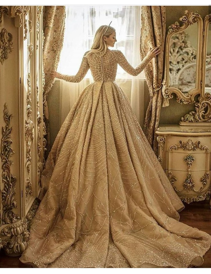 صورة لفستان زفاف كم طويل بتصميم ناعم