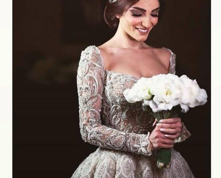 صورة لفستان زفاف باللون الفضي وبتصميم ناعم