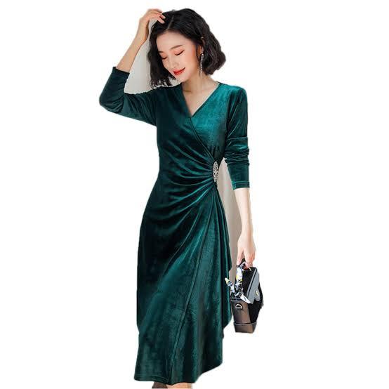 تصميم فستان سهرة من المخمل باللون الأخضر الزيتي