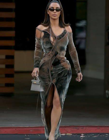 فستان سهرة من المخمل منقوش باللون الزيتي والبيج