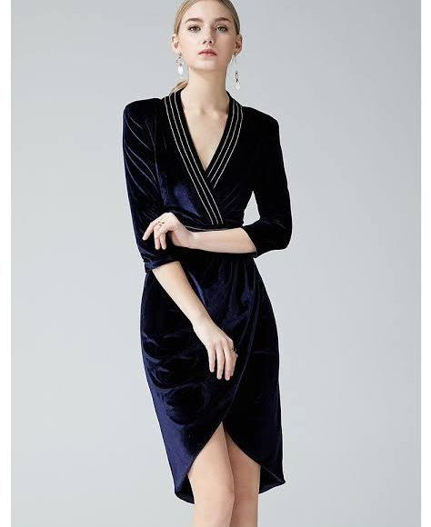 تصميم فستان سهرة من المخمل باللون الأزرق الكحلي