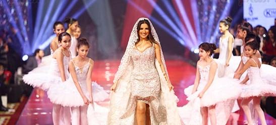 النجمة مي عمر بفستان زفاف ثمنه 15 مليون دولار