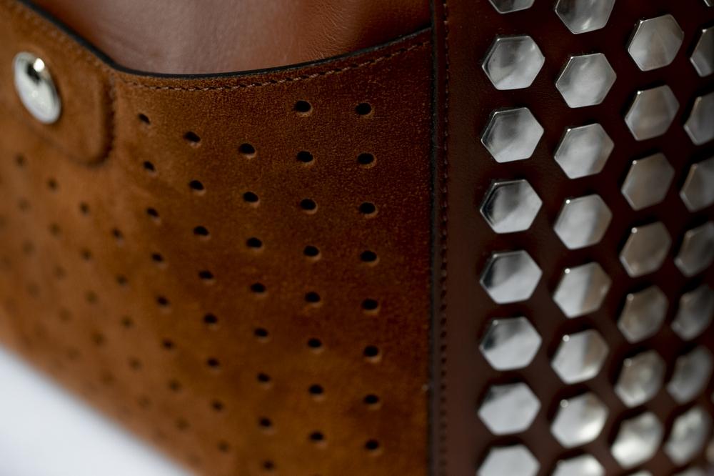 أناقة ورقي MADEMOISELLE LONGCHAMP في حقيبة على شكل دلو صغيرة