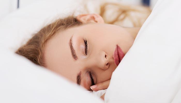 احذري من أضرار النوم بالمكياج