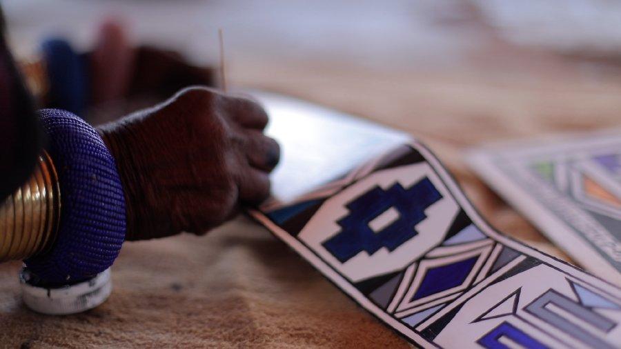 الفنانة المرموقة د. إستير ماشلانغو تقدّم عملاً فنياً فريداً للغاليري في رولز-رويس فانتوم