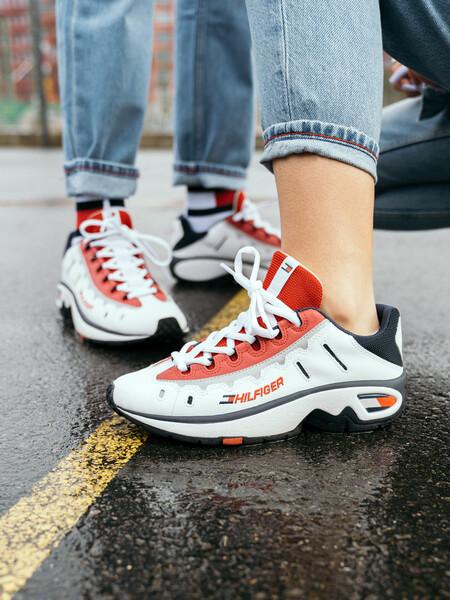 تومي هيلفيغر تطرح حذاءً رياضياً مستوحى من الأرشيف بإصدار محدود