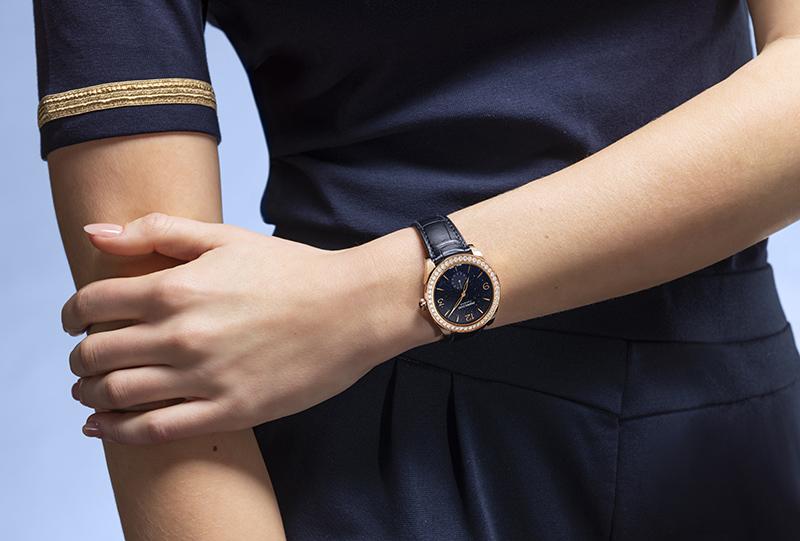 ساعات توندا تزين معصم المرأة الأنيقة
