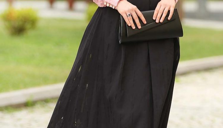 الألوان التي تناسب اللون الأسود في الملابس