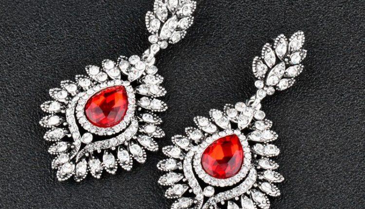 مجوهرات بحجر الياقوت