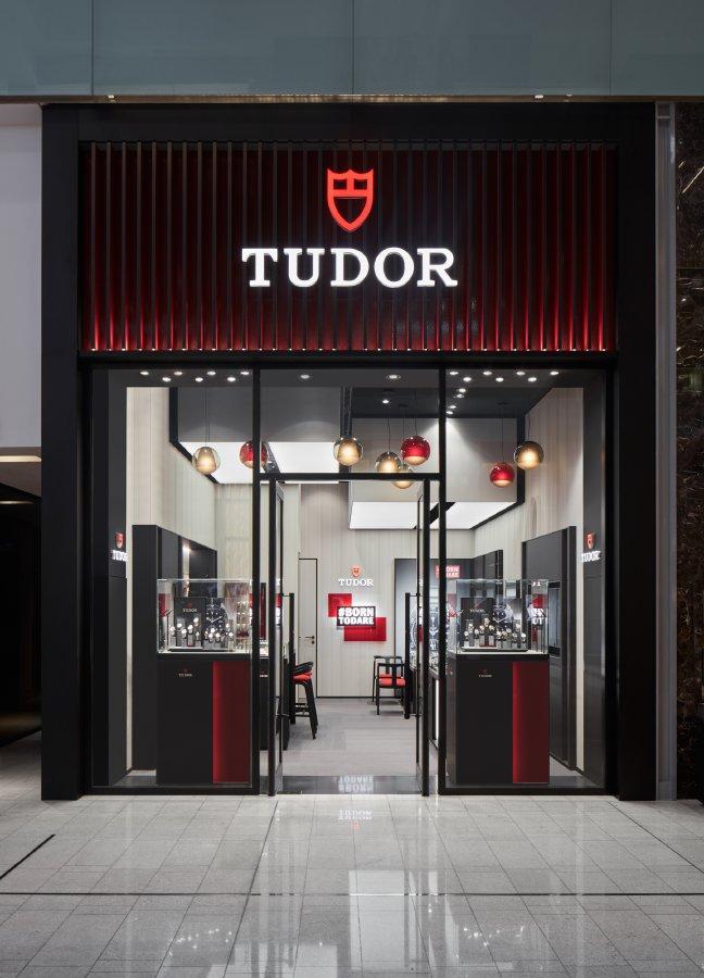 أحمد صديقي وأولاده وتيودور يعلنان عن افتتاح أول متجر رئيسي للعلامة في المنطقة
