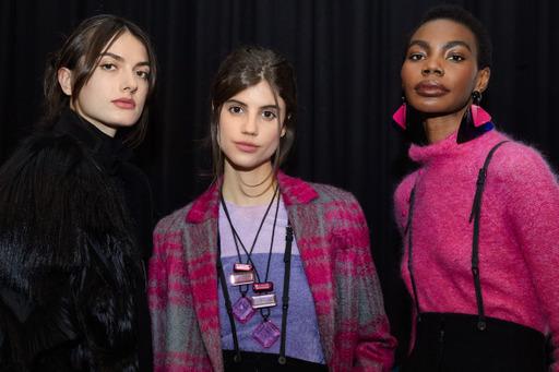 الإطلالة الجمالية لمجموعة أزياء EMPORIO ARMANI النسائية والرجالية لخريف وشتاء 21-22