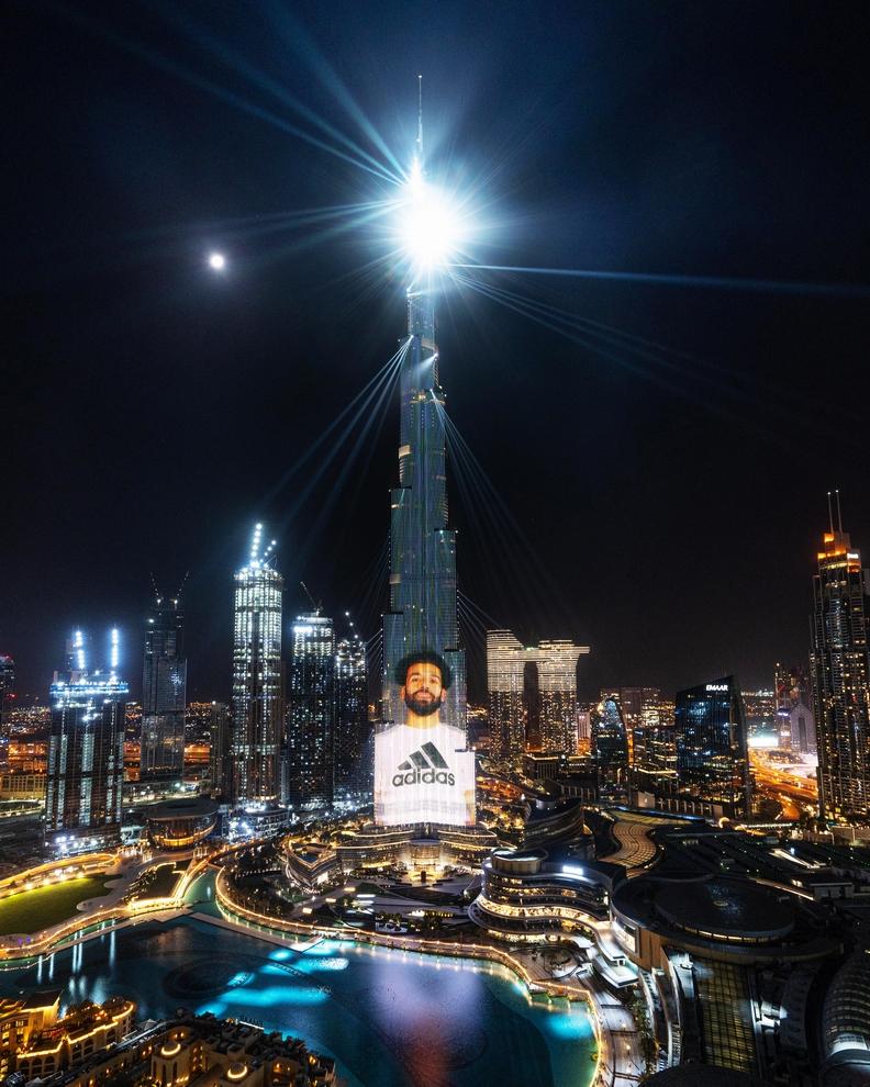 محمد صلاح على أطول برج في العالم بمناسبة افتتاح متجر أديداس الجديد