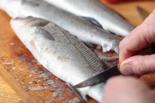 طريقة تنظيف السمك