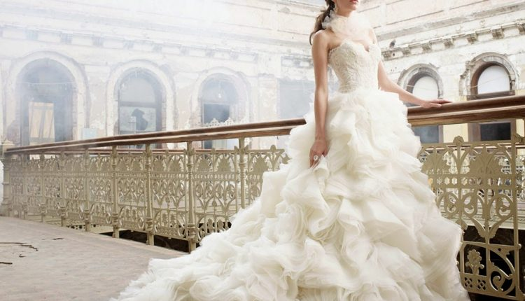 فساتين زفاف مزينة بالريش