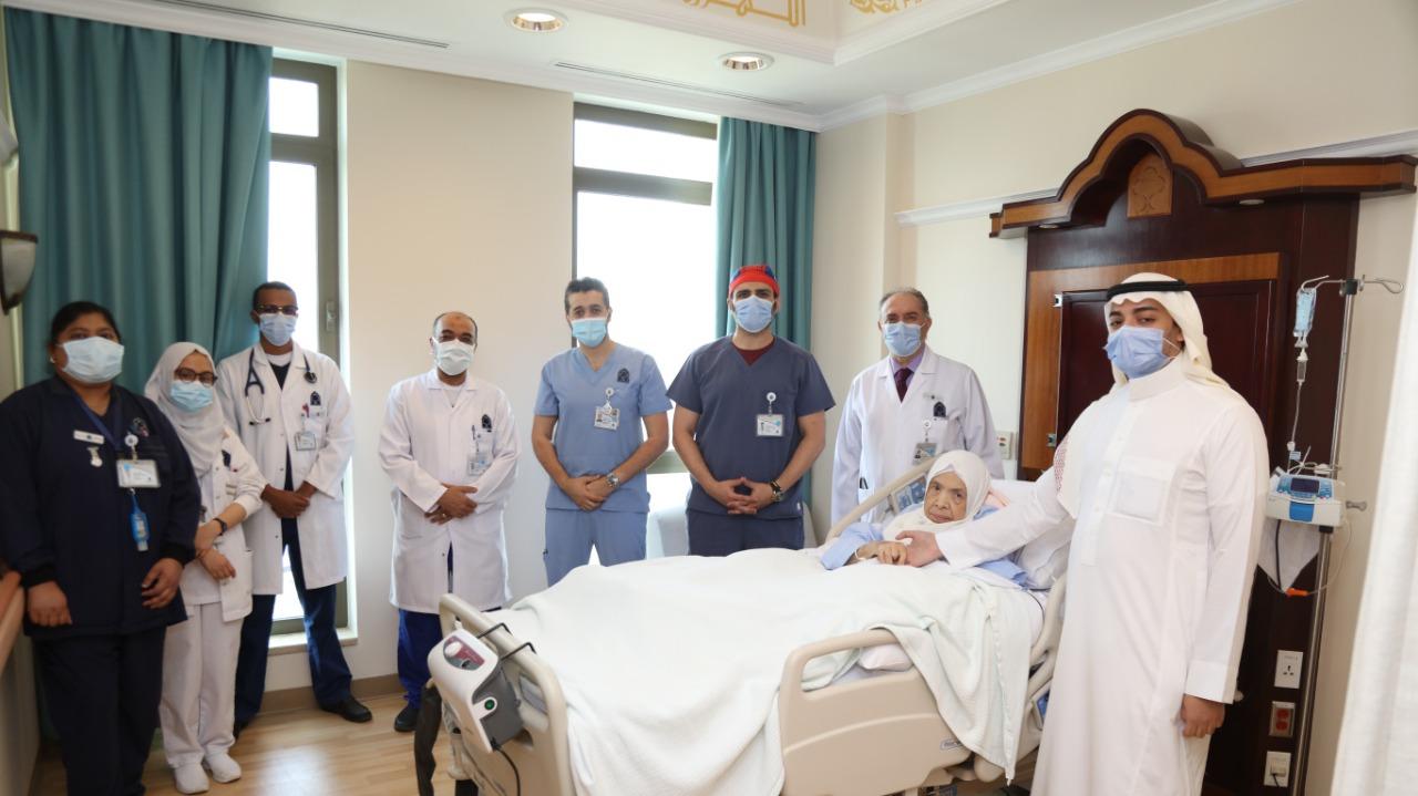 بعد عملية دقيقة ونادرة: فريق الجراحين بالمركز الطبي الدولي ينقذ حياة مريضة عمرها 100عام