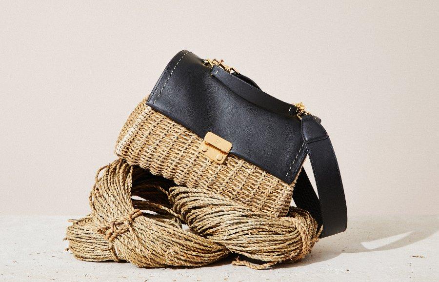 صناعة حقائب كارولينا هيريرا بالأعشاب البحرية المجدولة